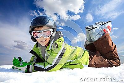 Menino no desgaste do esqui
