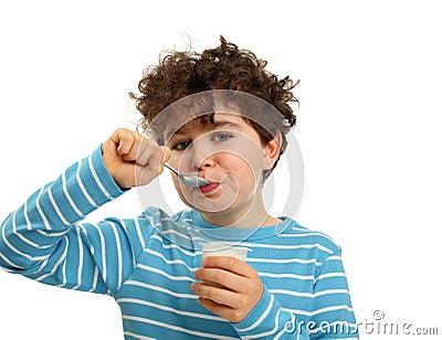 Menino que come o yogurt
