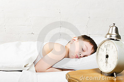 Menino que dorme na cama