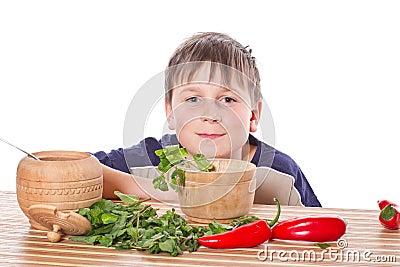 Menino que prepara o pequeno almoço