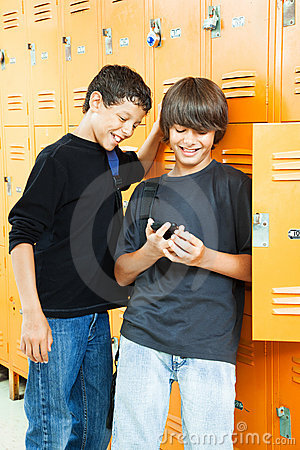 Meninos adolescentes com jogo video