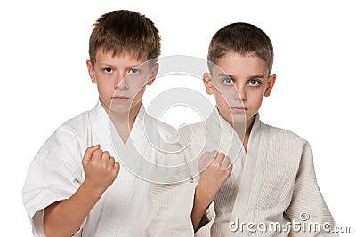 Meninos sérios no quimono