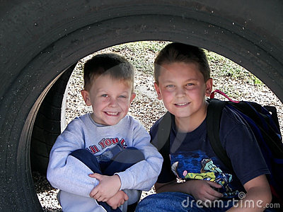 Meninos sob o pneu.
