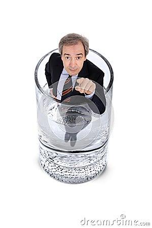 Mens binnen een glas water