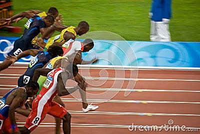 Mens de las Olimpiadas sprint de 100 contadores Fotografía editorial