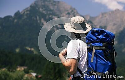 Mens die de bergen bekijkt