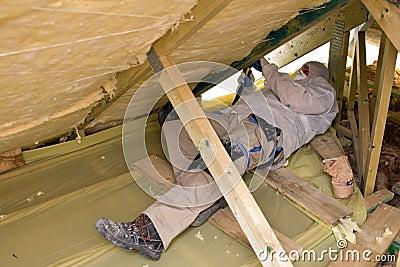 Mens die een dak isoleert