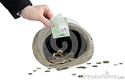 Mens die een geld opneemt in hoed