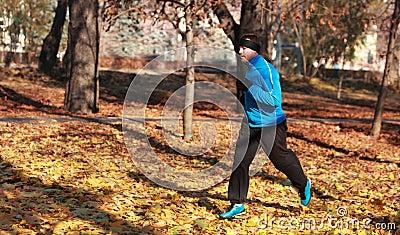 Mens die in een park loopt