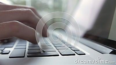 Mens die en aan Laptop Computer typen werken - Zijaanzicht