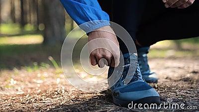 Mens die in het bosschoenenclose-up schieten lopen Benen op bosweg in werking die worden gesteld die stock video