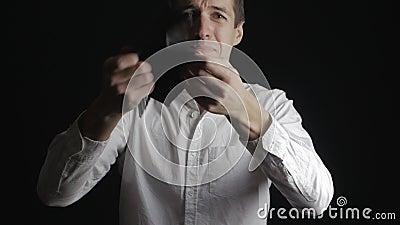 Mens die lege beurs tonen De zakenman schreeuwt en lijdt aan faillissement en financiële crisis stock video