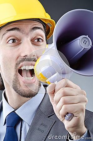 Mens die met luidspreker schreeuwt