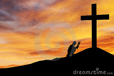 Mens die onder het kruis bidt