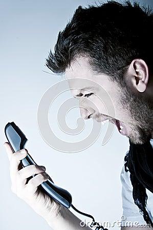 Mens die op de telefoon schreeuwt