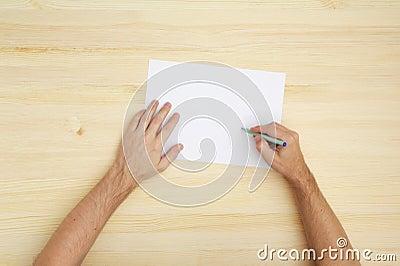 Mens die op het document schrijft