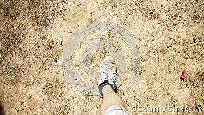 Mens die op vuil en gras lopen stock video