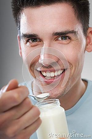 Mens die yoghurt eet