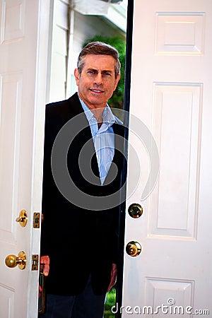 Mens die zich in deuropening bevindt