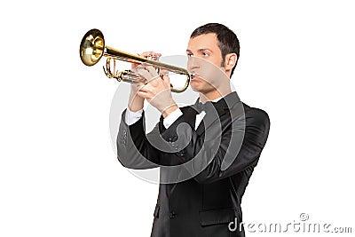 Mens in een kostuum dat een trompet speelt