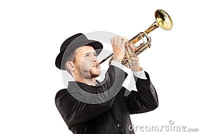 Mens in een kostuum met een hoed die een trompet speelt