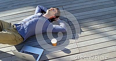 Mens het ontspannen op de portiek 4k stock footage