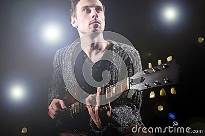 Mens het spelen gitaar