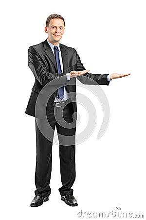 Mens in kostuum gesturing onthaal