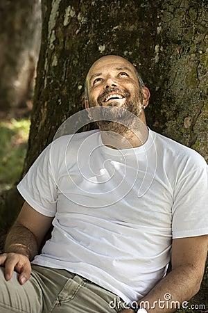 Mens met baard het ontspannen