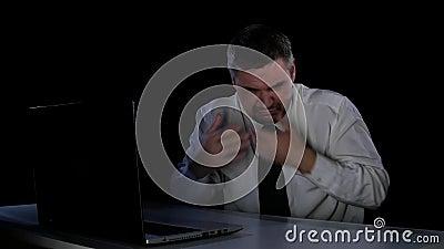 Mens met een weerzinwekkend blik videodossier Uitdrukkingen van afschuw stock video