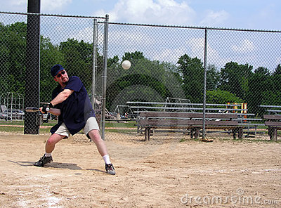 Mens ongeveer om een softball te raken
