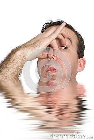 Mens ongeveer om te verdrinken