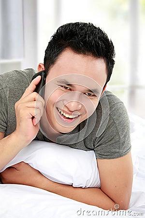 Mens op de telefoon