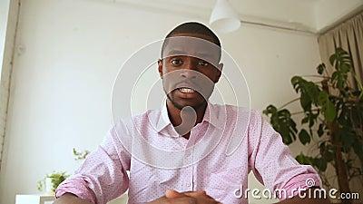 Mensagem video da gravação africana do homem, falando na câmara web na entrevista vídeos de arquivo