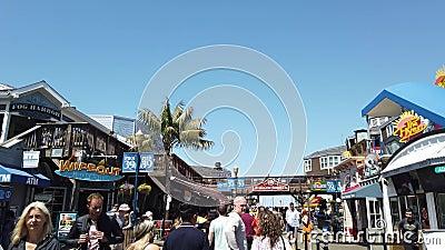 Menschen, die an einem Sommertag im Pier 39 in Fishermans Wharf spazieren gehen stock video