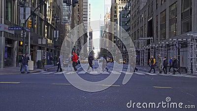 Mensen die de kruising oversteken op Lexington Ave en 42nd Street in New York City, Verenigde Staten stock video