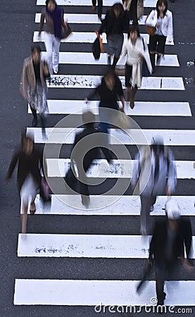Mensen die de straat kruisen