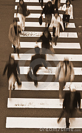 Mensen die de straat-sepia tonen kruisen