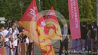 Mensen die op Relais van brand met Vlam van Vrede vóór 2de Europese Spelen 2019 in MINSK wachten BOBRUISK, WIT-RUSLAND 06 03 19 stock footage