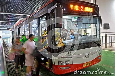 Mensen door bus Redactionele Foto