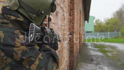 Mensen in eenvormig op achtergrond van de militaire explosie van de handgranaat in bosschokweerstand en macht van kanonnen stock videobeelden