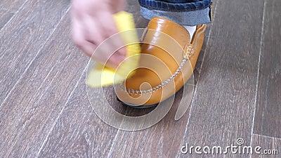Mensen glanzende schoenen met een vod stock video