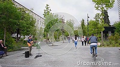 Mensen lopen op straat en straatkunstenaar in Tirana Downtown stock videobeelden