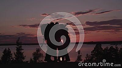 Mensen met Kanonnen bij Zonsondergang Geschoten met RODE camera stock video