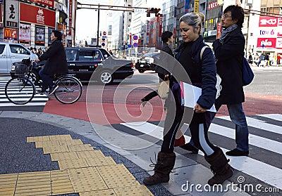 Mensen Shibuya die Tokyo Japan kruisen Redactionele Stock Afbeelding
