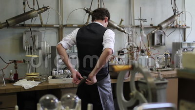 Mensenstart de laboratoriumlaag na de chemische experimenten stock video
