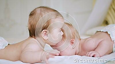 Mentira de duas irmãs das meninas na cama video estoque