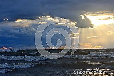 Mer agitée au coucher du soleil