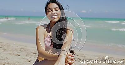 Meravigliosa coquettina sulla spiaggia stock footage