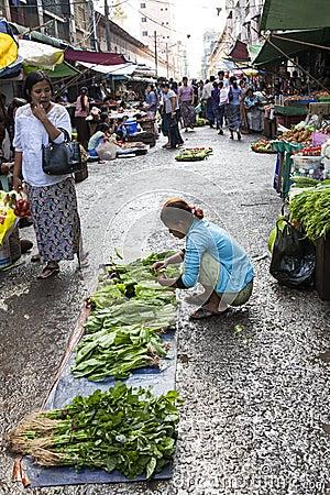 Mercado de rua em Yangon Imagem Editorial